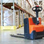 Wózki unoszące widłowe – pomocne przy dostawach itransporcie